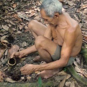 Seo Landi quebra ouriço para os visitantes da sua propriedade na Ilha do Combu (PA)