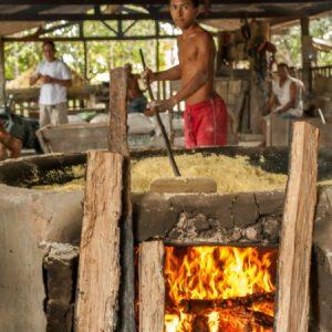 Depois a farinha é transferida para outro tacho para ser torrada de fato. (Foto: Mayra Galha)