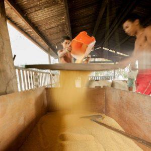 Quando está torrada no ponto, a farinha é peneirada mais uma vez. (Foto: Mayra Galha)