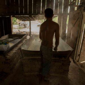 Produção artesanal de farinha em Altamira (PA) (Foto: Mayra Galha)