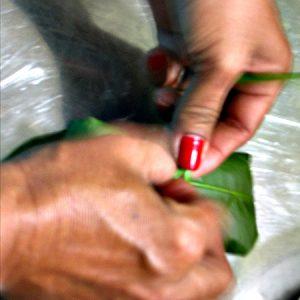 Agilidade no trabalho delicado de embalar os tijolinhos. (Foto: Antonia Padvaiskas)