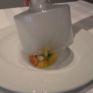 Prato surpresa da chef Manu Buffara: fumaça envolve purê de mandioquinha... (Foto: Rachel Bonino)