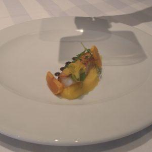 ...um naco de merluza, poejo, tomilho limão, flor de pepino, jabuticaba... (Foto: Rachel Bonino)