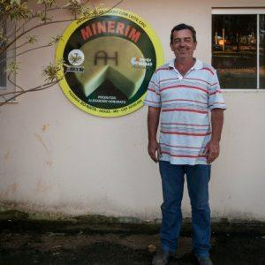 O próprio Alexandre em frente à sua queijaria, na cidade de Araxá. (Foto: Mayra Galha)