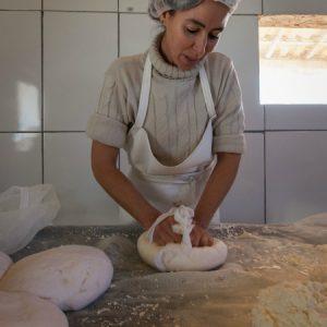 Marly envolve a massa em tecido para extrair o restante do soro. (Foto: Mayra Galha)