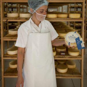 A técnica Célia mostra embalagem padronizada do Centro. (Foto: Mayra Galha)