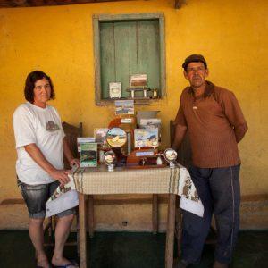 Luzia e Nereu mostram  os prêmios que já receberam pela produção na Fazenda São Geraldo. (Foto: Mayra Galha)