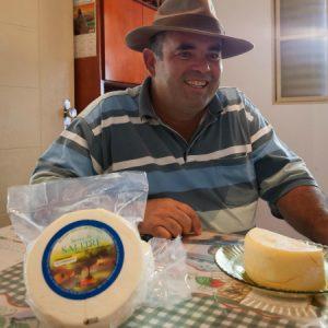 O produtor e seu queijo fresco embalado. (Foto: Mayra Galha)