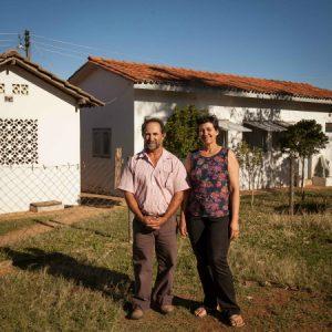 Vanderlino e Dina à frente da queijaria da propriedade. (Foto: Mayra Galha)