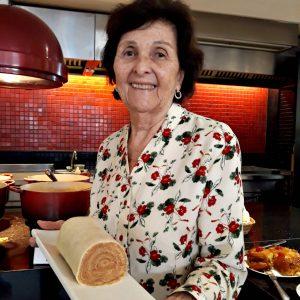 Dona Fernanda e o bolo de rolo que tanto faz a boa fama da Casa dos Frios (crédito: Rachel Bonino)